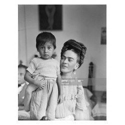 Frida Kahlo - with child_pa_bw_vint