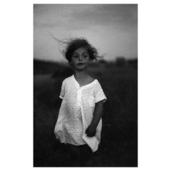Diane Arbus - Child in a Nightgown - Shelter Island NYC 1957_ph_anti_bw_vint